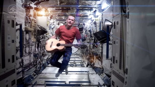 Chris Hadfield singt Space Oddity auf der ISS.