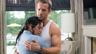 <b>Self/Less</b><br>Madeline (Natalie Martinez) sucht Geborgenheit bei Damian alias Edward (Ryan Reynolds).